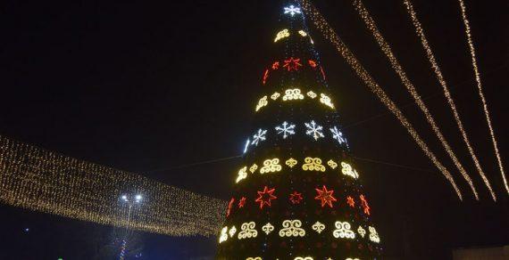 В Джалал-Абаде зажгли новогоднюю елку