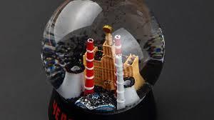 Черные сноуболы стали популярными сувенирами в Челябинске