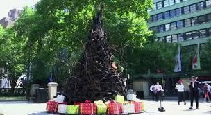 Новогодняя ёлка из обуглившихся веток деревьев появилась в Австралии