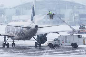 Тысячи авиарейсов отменили из-за снегопада в США