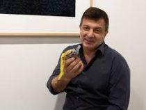 Американский художник Дэвид Датуна съел на выставке экспонат-банан