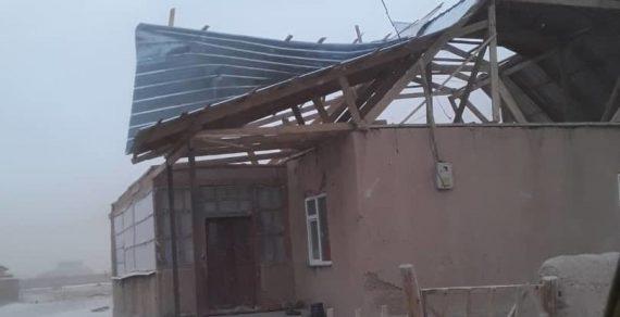 Сильный ветер в Чон-Алае снес крыши домов