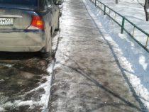 Тротуары в Бишкеке стали травмоопасными из-за наледи