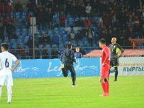 Болельщик выбежал на поле: ФИФА вынесла ФФКР предупреждение