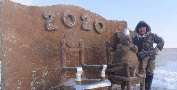 В якутском селе скульптор усадил в кресло упитанную мышь из навоза