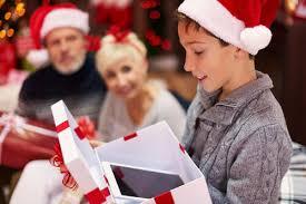 Родители собираются вручить детям подарки, которые ранее у них конфисковали