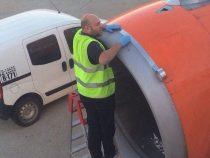 Ремонт самолета с помощью скотча напугал пассажиров