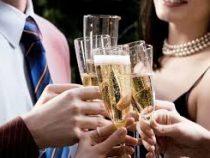 Учёные советуют не пить шампанское с накрашенными губами