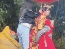 Любящий жених не позволил невесте испачкать ноги в грязи