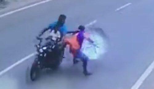 Поездка на мотоцикле с зонтиком оказалась не лучшей идеей