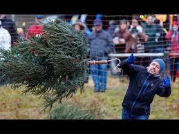 ВГермании прошли соревнования пометанию елки