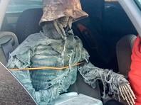Американец возил в машине искусственный скелет