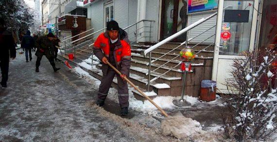 Очистка столичных улиц от снега продолжается