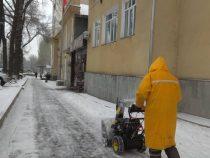 Очистка столичных улиц и тротуаров от снега продолжается