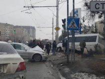 На Южной магистрали в Бишкеке столкнулись четыре автомобиля