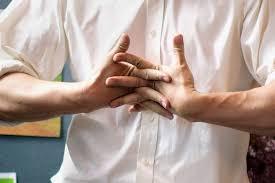 Врач объяснил, чем грозит привычка хрустеть шеей и пальцами