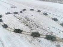 Военный сделал девушке предложение, выстроив 16 танков в виде сердца