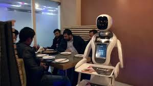Робот заменил официантов в одном из ресторанов Кабула