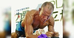Американец в 62 года простоял в планке 8 часов, установив рекорд
