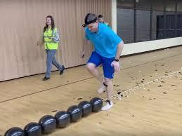 За 23 секунды лопнул ногами 100 шаров: американец побил рекорд