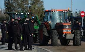 ВИспании фермеры блокируют автотрассы постране