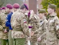 Первая британка получила право носить бордовый берет десантника