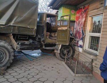 В Бишкеке грузовой автомобиль врезался в продовольственный павильон
