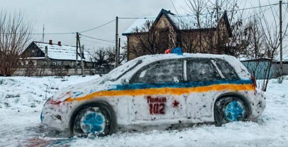 Украинские умельцы вместо снеговика слепили полицейскую машину