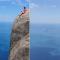 Туристка разозлила соцсети опасным поступком над пропастью