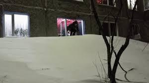 Суровые развлечения: Жители Воркуты устроили катание по снегу прямо из окна