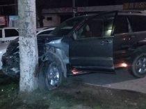 ВБишкеке джип протаранил три машины иврезался вдерево