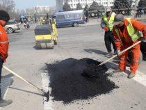 Ямочный ремонт дорог в Бишкеке продолжается