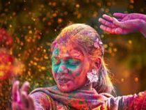Тысячи людей в Индии отпраздновали фестиваль Холи