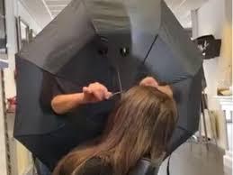 В Нидерландах работающий парикмахер изобрел необычный способ «изолироваться» от клиентов