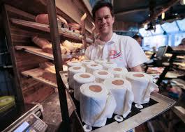 ВГермании кондитеры стали готовить торты ввиде туалетной бумаги