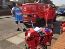 Британский почтальон доставляет посылки в костюмах для «поднятия духа»