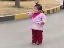 Из-за маски на лице девочка не смогла насладиться печеньем