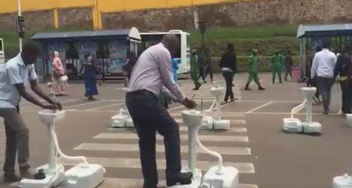 Прежде чем сесть в автобус, пассажиры должны вымыть руки