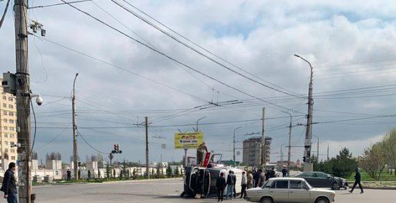В Бишкеке перевернулась карета Скорой помощи