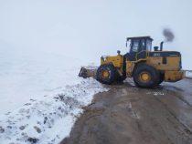 Дорожные службы расчищают от снега перевальные участки трасс