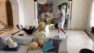 Джокович провел дома матч со сковородкой вместо ракетки