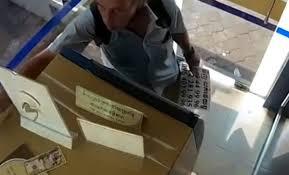Туриста арестовали за облизывание банкноты в Камбодже
