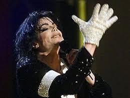 Белая перчатка Майкла Джексона со стразами ушла с молотка за $104 тысячи
