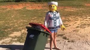Вынос мусора является отличным поводом, чтобы принарядиться