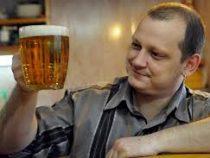 С помощью радиоуправляемой машинки мужчина поделился с соседом пивом