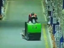 Заснув на рабочем месте, мужчина сокрушил несколько стеллажей
