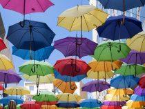 Индийцы будут соблюдать социальную дистанцию с помощью зонтов