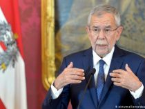 Президента Австрии застали в закрытом кафе