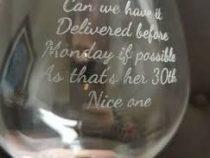 Парень подарил 30-летней возлюбленной бокал с курьезной ошибкой в надписи