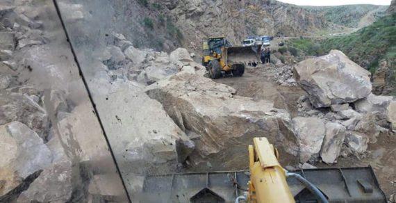 В Чаткале расчистили дорогу, на которую обрушилась часть скалы